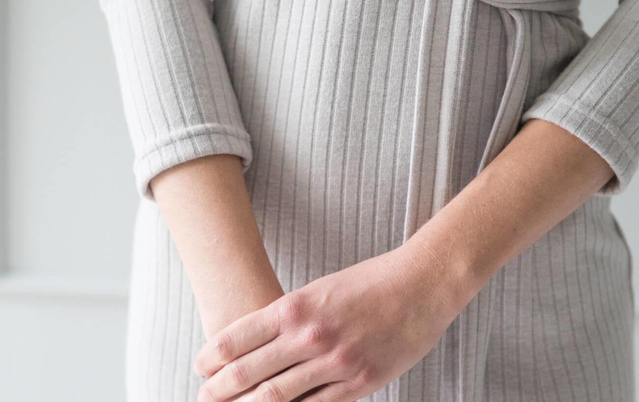 Sweter do karmienia piersią - jak dbać o miękkie materiały?
