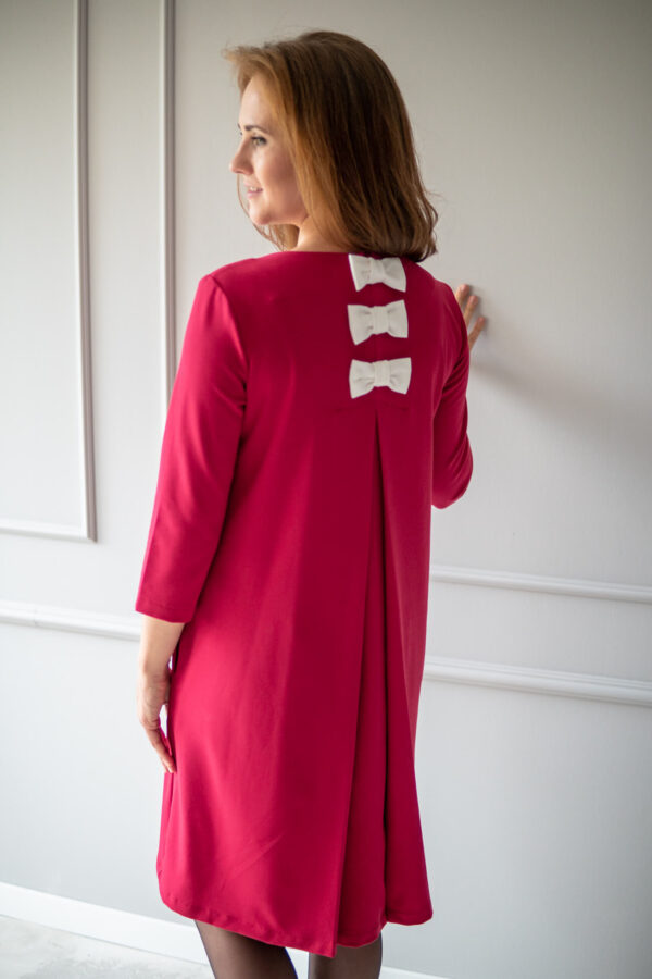 Nieulegająca gnieceniu tkanina, to kolejna nadrzędna cecha ubrań dla mam, którą posiada sukienka do karmienia i ciążowa Straciatella karminowa