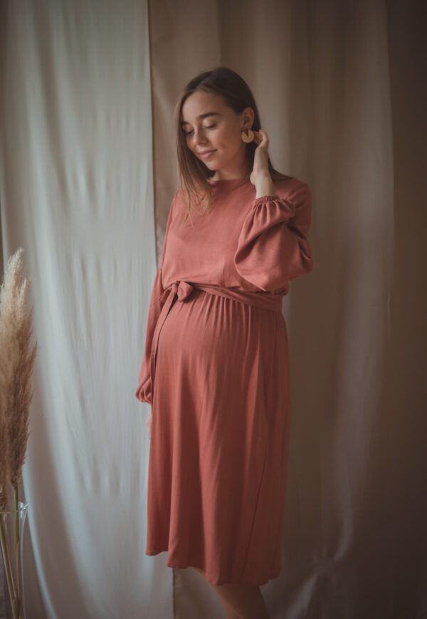 Sukienka ciążowa i do karmienia Jaśmina-rosewood została uszyta w taki sposób, by jeszcze w ciąży otulić brzuszek, a później umożliwić dyskretne karmienie piersią.